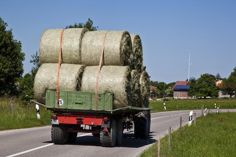Andere-Teilnehmer-Strassenverkehr-Landwirtschaftliches-Fahrzeug-mit-schwerer-hoher-Ladung.jpeg