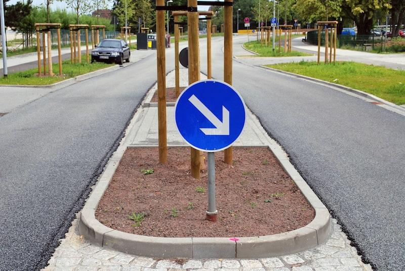 Andere-Teilnehmer-Strassenverkehr-Querungshilfe-Fussgaengerueberweg-schild-rechts-fahren.jpeg