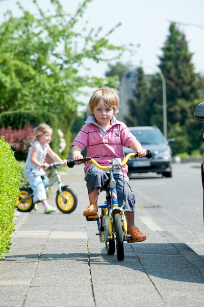 Andere-Teilnehmer-Strassenverkehr-Spielende-Kinder-Fahrbahnrand.jpeg