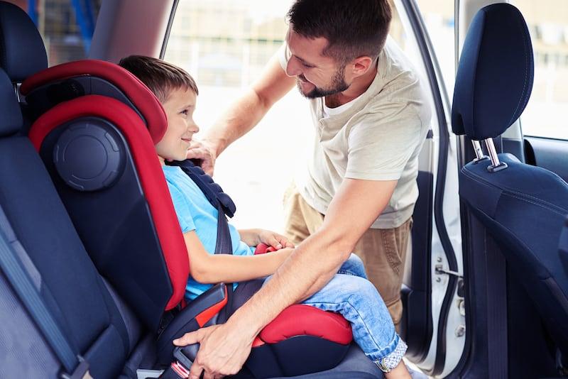 Fahren-Solokraftfahrzeugen-Zuegen-kindersitz.jpeg