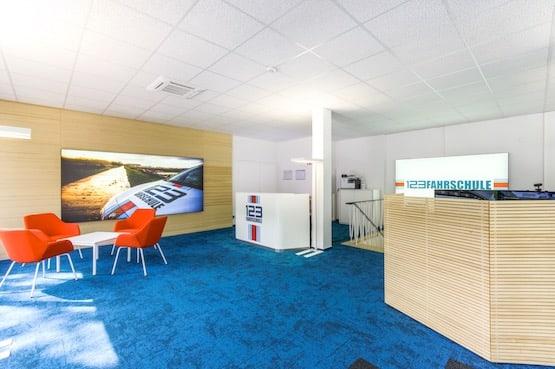 Fahrschule Bochum Eingang Theke Simulator und Sitzbereich