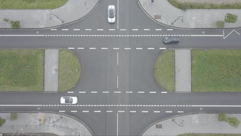 Kreuzung-mit-Fahrzeugen-aus-allen-Richtungen.png