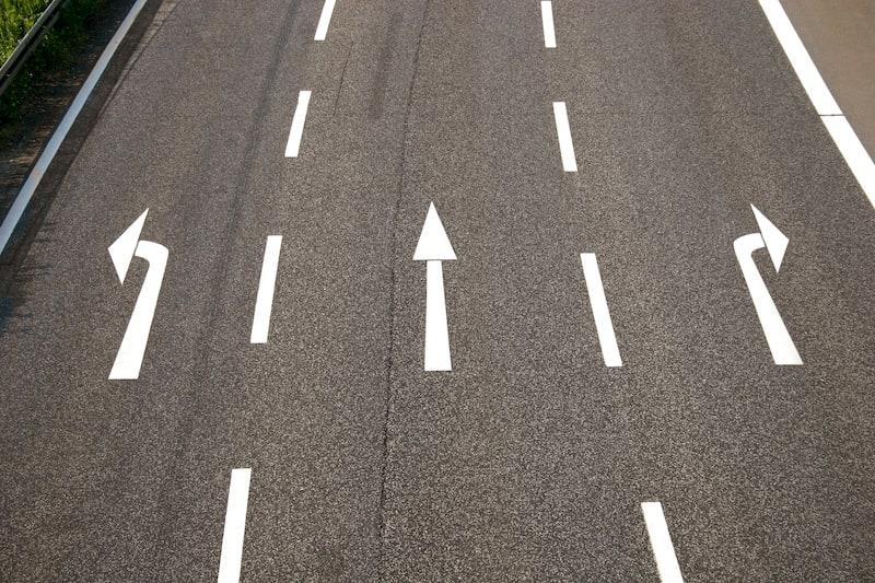 Ruhender-Verkehr-Fahrbahnmarkierung-Pfeile-Autobahn.jpeg