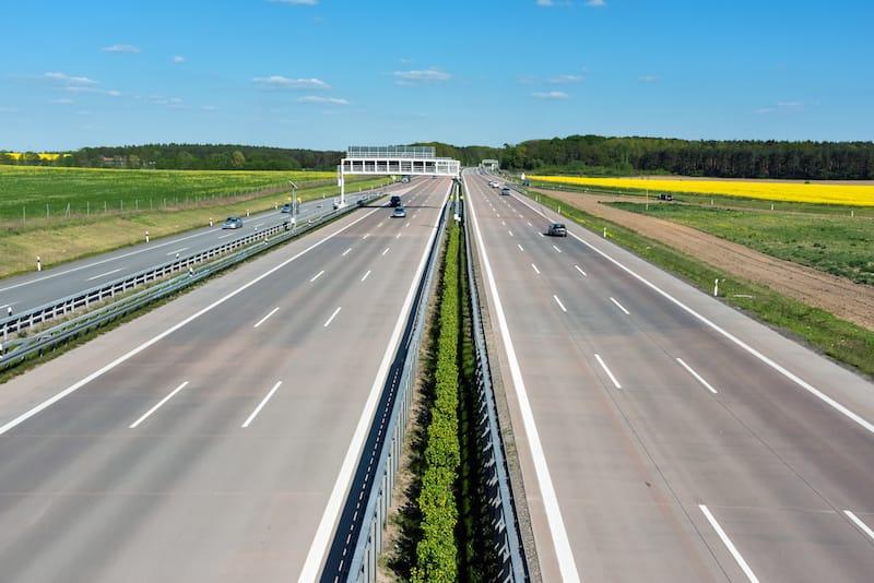 Strassenverkehrssysteme-Nutzung-mehrspurige_strasse_ausserorts.jpeg