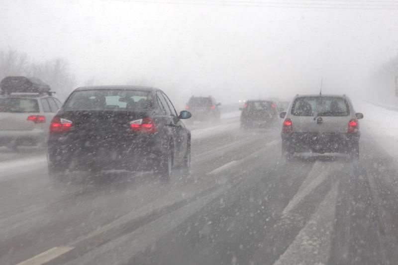 Strassenverkehrssysteme-nutzung-Schlechte-Wetterlage-Schnee-schlechte-Sicht.jpeg