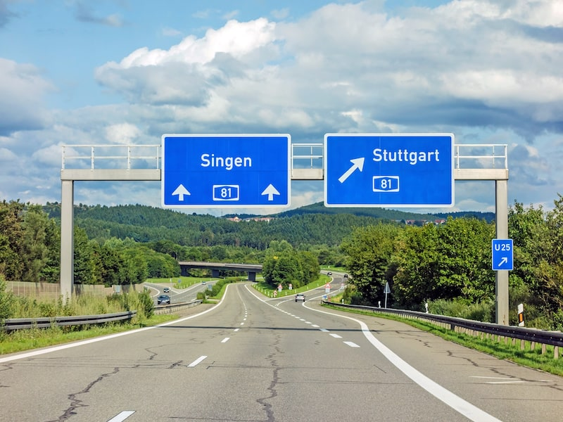 Strassenverkehrssysteme-nutzung-Verkehrszeichen-Autobahn-Ausfahrt-Baken.jpeg