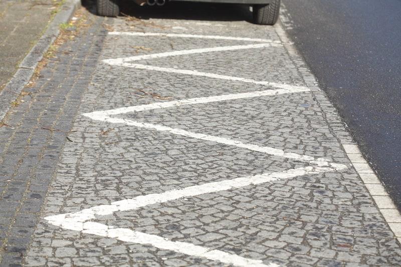 Strassenverkehrssysteme-nutzung-Zick-Zack-Linie-parken-verboten.jpeg