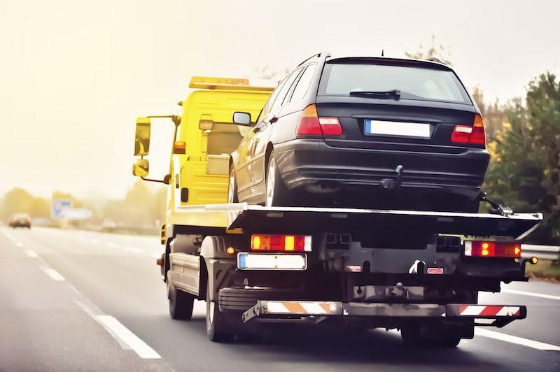 Verhalten-besondere-Verkehrssituationen-Abschleppwagen-mit-Auto-beladen.jpeg