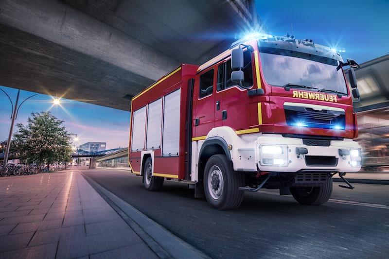 Verhalten-besondere-Verkehrssituationen-Feuerwehrauto-mit-Blaulicht-im-Einsatz.jpeg