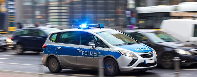 Verhalten-besondere-Verkehrssituationen-Polizeiauto-mit-Blaulicht-im-Einsatz.jpeg