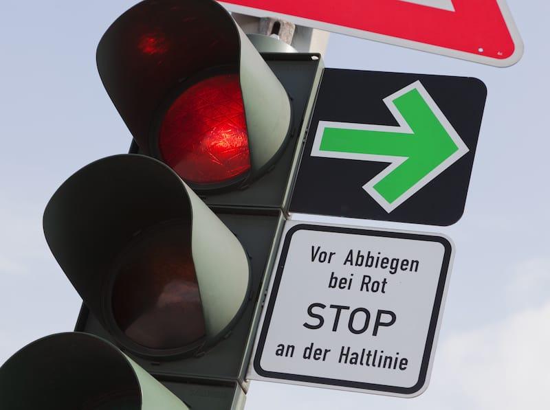 Verkehrsregelungen-Bahnuebergaenge-ampel_mit_gruenpfeilschild.jpeg
