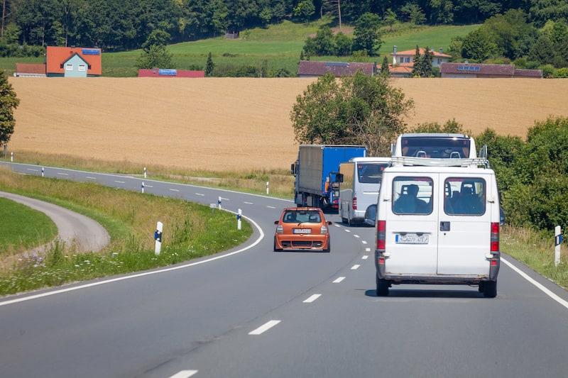 Verkehrsverhalten-Fahrmanoever-Auto-ueberholt-mehrere-Fahrzeuge-auf-Landstrasse.jpeg