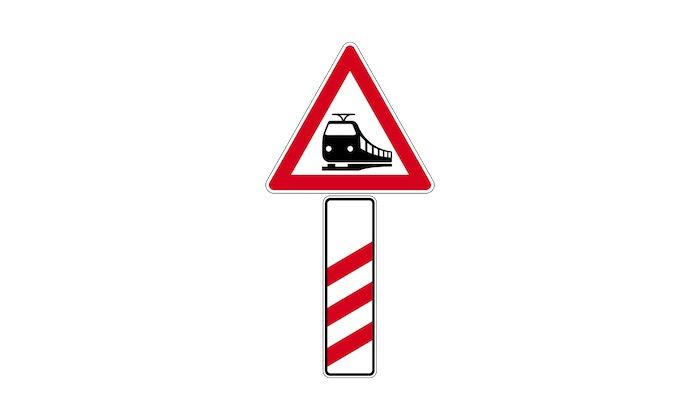 Verkehrszeichen-Bahnübergang-mit-dreistreifiger-Bake.jpg