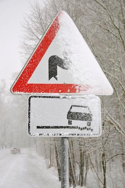 Verkehrszeichen-Verkehrseinrichtungen-Schlecht-sichtbares-Verkehrsschild-Schnee.jpeg