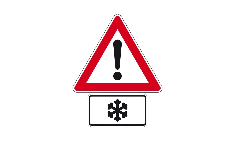 Sie passieren diese Verkehrszeichenkombination bei einer Außentemperatur von +3 °C. Wie verhalten Sie sich?