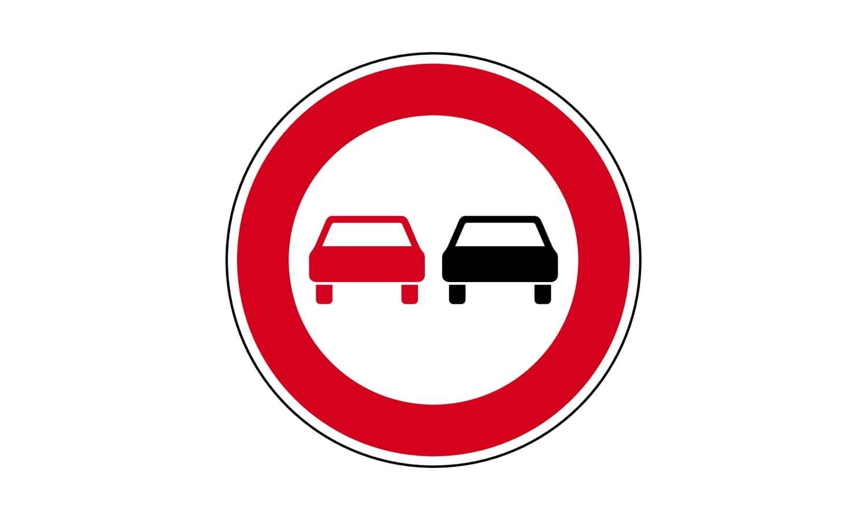 Welche Fahrzeuge dürfen Sie bei diesem Verkehrszeichen überholen?