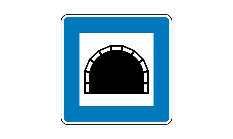 Sie fahren in einen so gekennzeichneten, hell erleuchteten Tunnel. Wie verhalten Sie sich?