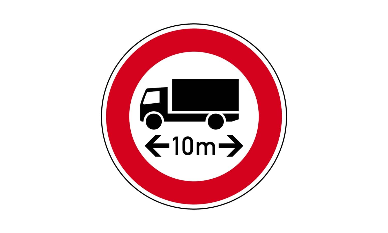 Bei Ihrem Lkw von 10 m Länge ragt die Ladung 60 cm über die hintere Fahrzeugbegrenzung hinaus. Was gilt für Sie bei diesem Verkehrszeichen?