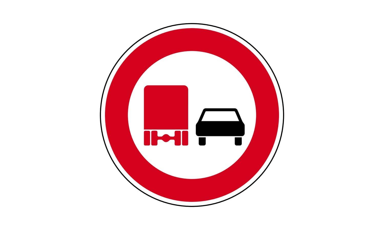 Welche Fahrzeuge dürfen hier nicht überholen?